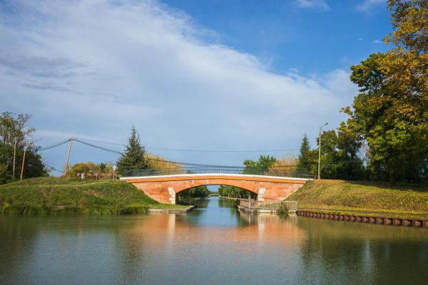 un pont de brique rouge sur le canal du midi