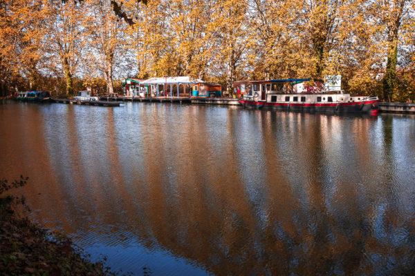 Reflets rouge sur l'eau du canal